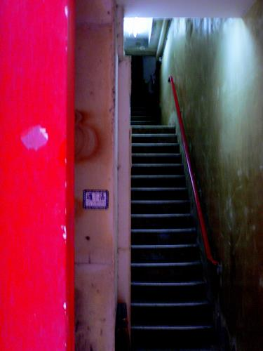 Agnes Abplanalp, Red Entrance Hong Kong, Bauten: Haus, Wohnen: Stadt, Gegenwartskunst, Abstrakter Expressionismus