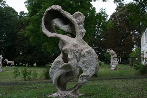 Simon Schade, Skulpturen im Park des Herrenhauses Kreckow, Bewegung, Gesellschaft, Gegenwartskunst