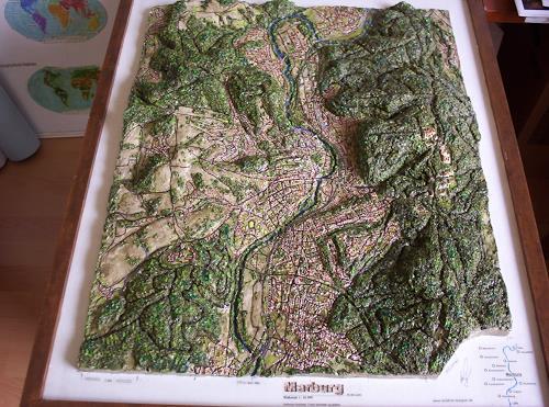 Ottmar Gebhardt, Bemalte Plastik:Geo-Reliefbild,Stadt Marburg, wie eine modellierte Landkarte, Wohnen, Natur: Diverse, Konzeptkunst