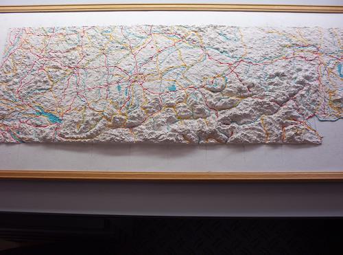 Ottmar Gebhardt, Geo-Reliefbild im Entstehen,handmodelliert,maßstabgerecht, Verkehr: Fahrrad, Menschen: Familie